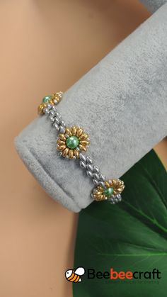 seed bead bracelet patterns for beginners Beaded Bracelets Tutorial, Beaded Bracelet Patterns, Beaded Earrings, Seed Bead Bracelets Tutorials, Beaded Flowers Patterns, Beads Tutorial, Embroidery Bracelets, Handmade Bracelets, Jewelry Making Tutorials