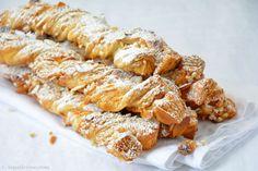 Ein Sacristains Rezept aus dem Südosten Frankreichs, der Provence. Knusprige Blätterteigstangen gefüllt und bestreut mit Hagelzucker und Mandelblättchen.