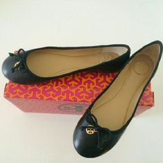 """Authentic Tory Burch Black Chelsea Ballet Flats These are the PERFECT """"slip on and go"""" shoe for an effortless chic style! The Chelsea Ballet Flat is a close cousin of the genuine ballerina slipper, with a little extra structure and support for laying comfort. A minimalist's must-have in rich leather with grosgrain ribbon trim+gold metal iconic logo charm. Tory Burch Shoes Flats & Loafers"""