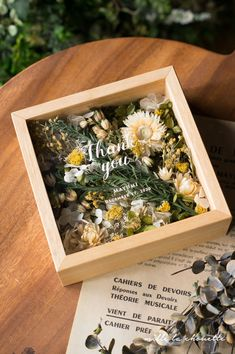 Gift for someone who has fave dried flowers in it. Flower Box Gift, Flower Boxes, Flower Frame, Flower Crafts, Diy Flowers, Dried Flower Arrangements, How To Preserve Flowers, Resin Crafts, Flower Packaging