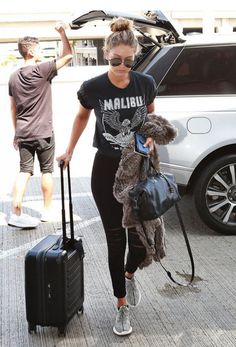 Gigi Hadids Airport Look Is Easy to Re-Create for Your Next Trip - Yeezy Shirt - Ideas of Yeezy Shirt - Gigi Hadid wears a graphic crop tee with black distressed skinny jeans grey tennis shoes a black bag and sunglasses. Comfy Airport Outfit, Airport Outfits, Summer Airport Outfit, Airport Fashion, Outfit Summer, Summer Shoes, Street Fashion, Jeans Et T-shirt, Style Gigi Hadid