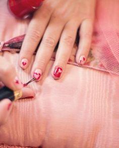 Trzy sposoby na szybkie suszenie lakieru na paznokciach