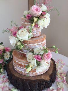 #nakedcake #weddingcake #woodenlogslice #rustic #barnerddings