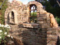 Du bist häufig in deinem Garten beschäftigt und suchst was Originelles zum hinstellen? Wir haben hier 16 tolle Ideen zum Selbermachen, die man in den Garten stellen kann. Egal, ob dein Garten groß oder klein ist, diese Ideen sind der Hammer!
