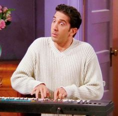 Ross has amazing musical skills. 18 Reasons Ross Geller Actually Isn't All That Bad Friends Tv Show, Serie Friends, Friends Cast, Friends Moments, I Love My Friends, Friends Forever, Best Friends, Friends Season, Friends Trivia