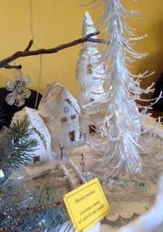 White Christmas Village. Realizzato con bottiglie di plastica!