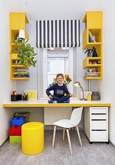 Okno lemují atypické žluté police, desku pracovního stolu zvýrazňuje žlutá hrana. Pracovní židle je zatím provizorní, protože stůl chlapec zatím moc nevyužívá.