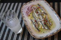 Γαύρος μαρινάτος! Ένα από τα πιο δημοφιλή μεζεδάκια για το ούζο, το τσίπουρο ή την ρακή, για δύο λόγους. Πρώτον είναι πεντανόστιμος και δεύτερον είναι πανεύκολο να τον ετοιμάσουμε στο σπίτι. Απολαύστε τον! Greek Beauty, Snacks Für Party, Greek Recipes, Fish And Seafood, Fresh Rolls, Tapas, Cooking Recipes, Mexican, Ethnic Recipes