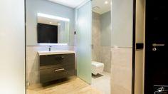 Vivienda de diseño realizada en la Moraleja por el estudio de arquitectura GrupoIAS. Bathroom Lighting, Interiors, Mirror, Furniture, Home Decor, Architectural Firm, Bathroom Light Fittings, Bathroom Vanity Lighting