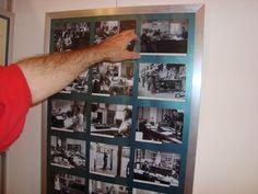 De samensteller van de tentoonstelling Reyer van de Pol wijst een foto aan.