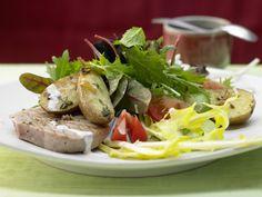 Blattsalate in Pfefferdressing - mit gerösteten Kartoffeln und gegrilltem Thunfisch - smarter - Kalorien: 437 Kcal - Zeit: 45 Min. | eatsmarter.de Pfeffer verleiht dem Dressing eine scharfe Note.