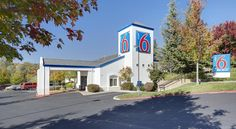 Motel 6 Auburn Auburn Offering an outdoor pool and a hot tub, Motel 6 Auburn is 53 km from Sacramento Airport. Free WiFi access is available. California State Fairgrounds are 52 km from this motel.  Cable TV is provided in each air-conditioned room.