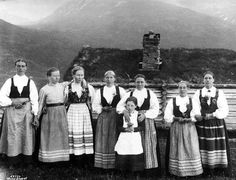 Traditional Norwegian folk costumes - Page 3 Antique Photos, Vintage Photos, Folk Costume, Costumes, History Photos, Page 3, Drawing Reference, Traditional Dresses, Folklore