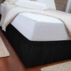 Você pode dar um toque gótico suave ao quarto com esta saia preta para camas box.
