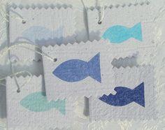 5 Büttenpapier-Anhänger für Gastgeschenke zur Taufe, Erstkommunion oder Konfirmation, handgeschöpftes Papier aus der Motivserie blauer Fischreigen von paperuli auf DaWanda.com