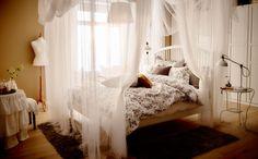 Pendurar têxteis para criar uma cama de dossel em três tempos é o primeiro passo para um ambiente de quarto de sonho.