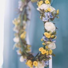 Couronne de mariée AvrilMai - photo: esoler photographie - anémones, renoncules, craspedia, camomille,...   #avrilmai #mariage #fleurs #couronne #bridescrown #flowercrown #crown #wedding