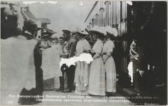"""""""Moscou 1912 - o Centenário da Batalha de Borodino""""   A família imperial a receber pão e sal a partir de uma delegação camponesa de Moscou, chegaram de trem para as cerimônias do Jubileu de Borodino."""