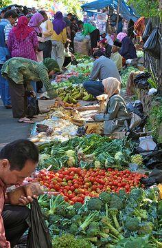 Street Market, Bandung, Java.The street is closed every Sunday morning for this market : '88 huwelijksreis naar Indonesië met een start in Singapore, daarna Sumatra, Java, Lombok, Bali en Sulawesi. Wat een ervaring!