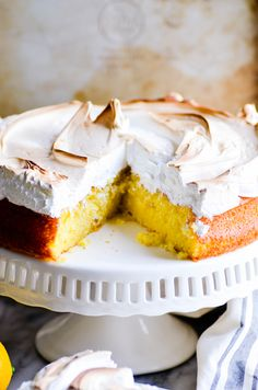 ***Lemon Meringue Cake ~ a moist cake bursting with a summery lemon flavor topped with a toasty marshmallow meringue. That's what's on our Father's day menu! Lemon Dessert Recipes, Lemon Recipes, Fun Desserts, My Recipes, Delicious Desserts, Cake Recipes, Favorite Recipes, Frosting Recipes, Lemon Meringue Cake