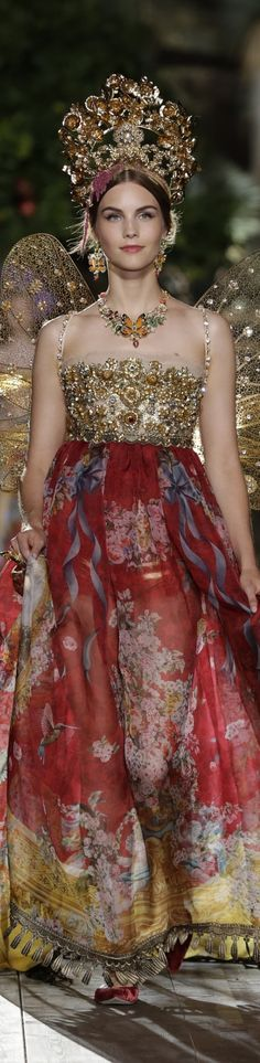 Dolce & Gabbana Alta Moda Fall 2015 couture Potofino gown at Fashion Week runway. Model is weating a red gold floral print pattern dress with a dramatic headpiece crown tiara Haute Couture Style, Couture Mode, Couture Fashion, Runway Fashion, Couture 2015, Fashion Week, High Fashion, Fashion Show, Fashion Design