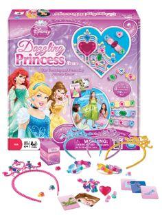 Juhli suosikkiprinsessaasi ja valmistaudu tanssiaisiin  Dazzling Princess -pelissä! Nosta kortti ja vastaa oikein prinsessa-aiheiseen kysymykseen – saat lisätä sädehtiviä jalokiviä koruihisi! Pakkaus sisältää 4 tiaraa, 4 rannekorua, 4 sormusta, kysymyskortit, muovisia jalokiviä sekä säännöt. Sopii 2–4 pelaajalle. 4+