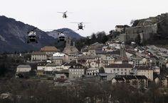 Helikopters van de Franse politie vliegen over het berggehucht Seyne-les-Alpes. Reddingswerkers werken met man en macht aan de berging van de slachtoffers.