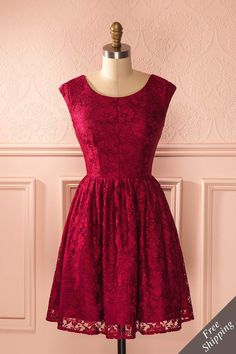 Ses boucles rousses cascadant le long de sa robe de dentelle chatoyante, elle valserait toute la nuit.  Her red curls cascading down her shimmering lace dress, she would be dancing all night. Burgundy lace elegant a-line dress www.1861.ca
