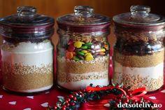 God jul, kjære dere! Cookiesmix på glass er populært å gi bort som spiselig julegave! Skal du på besøk til noen i romjulen, er dette noe du kan lage raskt og som er veldig hyggelig å få. Prinsippet går ut på å legge tørrvarene på glasset slik at den som får gaven bare trenger å tilsette egg og smør for å lage klar cookiesdeigen. Hvor mye fremgår av oppskriften som skrives ned på et kort som festes på glasset eller vedlegges gaven. Du kan lage denne type gaver med de fleste typer… Glass Cookie Jars, Mason Jars, Cookies, Christmas, Gifts, Food, Gift Ideas, Diy, Home Decor