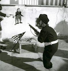 ΑΘΗΝΑ 1940 φωτ.ΒΟΥΛΑ ΠΑΠΙΩΑΝΝΟΥ ΑΠΟ ΤΟ ΦΩΤ.ΑΡΧΕΙΟ ΤΟΥ ΜΟΥΣΕΙΟΥ ΜΠΕΝΑΚΗ.ΠΑΙΔΙ ΜΕ ΤΗΝ ΣΤΟΛΗ ΤΗΣ ΕΟΝ ΣΗΜΑΔΕΥΕΙ ΦΙΓΟΥΡΑ ΤΟΥ ΜΟΥΣΟΛΙΝΙ.