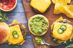 Voici «Nacho», votre nouveau burger qui sort de l'ordinaire! Garni de croustilles tortillas, de guacamole, de tomates, de laitue et de piment jalapeno, ce burger au fromage juteux et épicé est absolument génial!