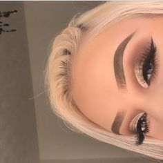 makeup 2018 tutorial makeup yellow makeup 60 year old eye makeup remover for lash extensions eye makeup suits me eye makeup suits me makeup for brown eyes for eye makeup Makeup Eye Looks, Cute Makeup, Glam Makeup, Gorgeous Makeup, Pretty Makeup, Skin Makeup, Eyeshadow Makeup, Beauty Makeup, Makeup Kit