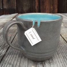 Lecker übergroße Cappuccino-Tasse in einer schönen Aqua auf der Innenseite und wunderschöne graue Glasur bei außen... schöne Texturen am unteren Hälfte der Tasse! Es passt so gut in der Hand!  Spezielle geschnitzten Rillen für Ihre Lieblings Teebeutel!  Ca. 3,75 weite und 4 groß, sondern jedes Stück ist schön anders und einzigartig... Größe ist anpassbar, einfach Fragen! Mit jedem Stück, wirklich die Schönheit der handgefertigt werden es zu Abweichungen kommen!  Hinweis: diese genaue Stück ve...