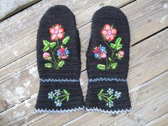 Not very Viking, but good inspiration anyway... Mittens in naalbinding by Babsan02, via Flickr