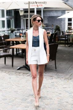 White vest with shorts and tank top casual chic summer look Sleeveless Blazer Outfit, White Vest Outfit, Long Vest Outfit, White Shorts, Casual Chic Sommer, Casual Chic Style, Look Chic, Casual Dressy, Summer Work Outfits