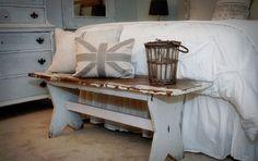 старая скамейка в спальне