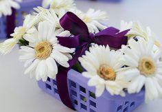 A garrafinha de água decorada com rótulo de papel scrap e tampa forrada com tecido é uma lembrancinha graciosa e útil para os convidados