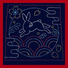 Ce kit est livré avec un échantillonneur de sashiko marine Bunny #390 et fil dinspiration rétro :  Rouge vif #15  Turquoise #17  Jaune #16  Blanc    40 mètres de fil (10 brins de chaque couleur).    Léchantillonneur a 2 couches 100 % coton, tissu léger.  Il est préimprimé avec lignes de piqûre wash-out.  13 place.    Thread est 100 % coton.    Nous expédions tous les jours