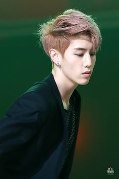 Mark is just too ppretty.... HOT ㅇ