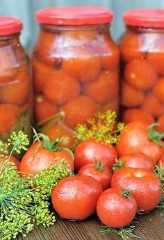 V celku zavařená červená rajčata, zalitá sladkokyselým nálevem.