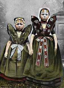 Dutch girls in traditional dress (Meisjes in Axelse dracht) (ZA/KZGW/ZI)