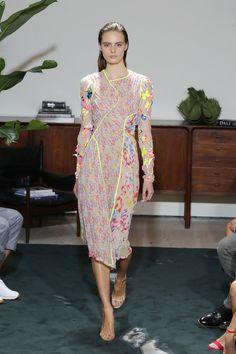 Estilista apresenta uma série de vestidos delicados e femininos