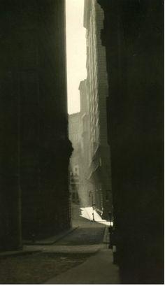 "kvetchlandia: "" E. Hoppe William Street, New York 1921 "" Black White Photos, Black And White, Photo New York, Foto Gif, Williams Street, Retro Stil, Dark Photography, Vintage Photography, Light And Shadow"