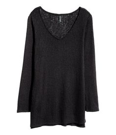Zwart. Een iets langere, ribgebreide trui van zachte kwaliteit met een V-hals en…