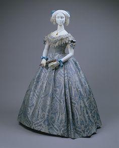 Бальное платье из голубого шёлка. Предположительно США, 1860 г. Собрание музея Метрополитен.