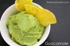 Con este guacamole disfrutaremos de un aperitivo sano y delicioso con el que acompañar las cenas entre amigos. Sólo necesitamos unos ricos nachos ¡y a mojar!