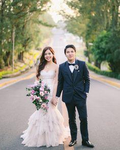 Que tal modificar um pouco o look dos noivos sem sair tanto do tradicional? O vestido off white e o terno cinza azulado são uma combinação perfeita!
