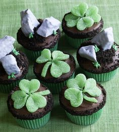 st patricks day cupcakes!...if someone ever made me these on my birthday i would love u forever! (my bday is st. pattys day fyi.)