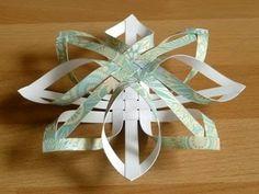 Ecco un'idea davvero interessante: una stella di Natale intrecciata e tridimensionale per addobbare l'albero. Un vero tocco di fai da te per questo Natale.