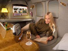 Conheça os luxos oferecidos aos passageiros de primeira classe Serviços das aéreas incluem caviar, banho a bordo e traslado de Porsche. Preços das passagens podem passar de R$ 30 mil.
